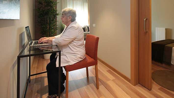 Noves tecnologies i ús de mòvils per a gent grans
